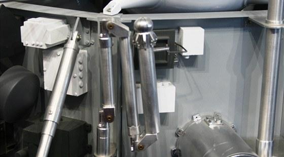 Detail složeného robotického ramene sondy, které budou složit k obdběru vzorků.