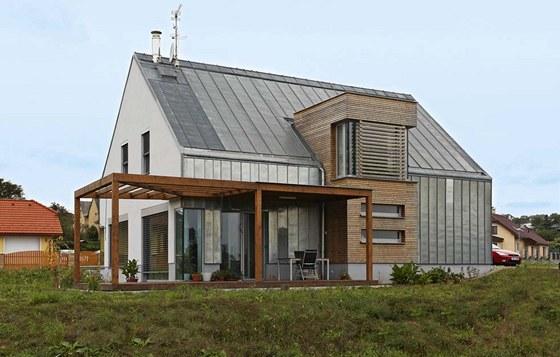Kompaktnímu tvaru stavby (bez přesahů střechy a dalších tradičních stavebních
