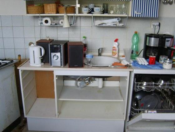 Tak vypadaly zbytky kuchyně, které v bytě zůstaly po předchozích majitelích..
