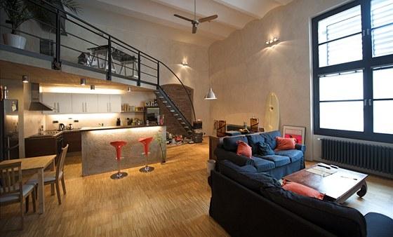 Dubová kantovka na podlaze k industriálnímu charakteru interiéru ladí.