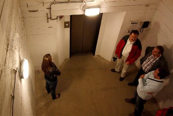 Výtah uvnitř přehrady Orlík neukazuje patra ale metry nad hladinou Vltavy