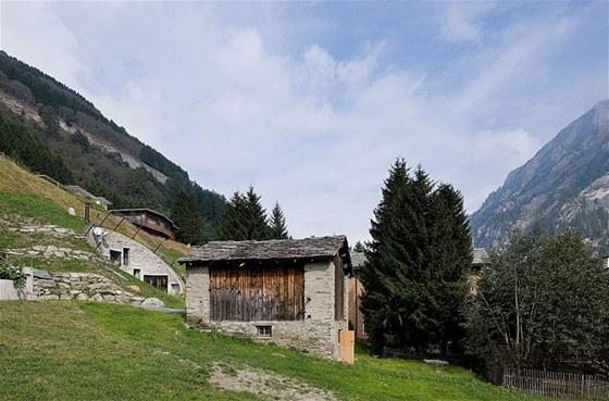 Na okraji pozemku stojí stodola, ze které vede podzemní chodba do obývacího