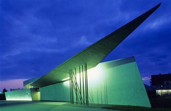 První stavba podle návrhu Zahy Hadid vznikla v roce 1993 a byla to požární