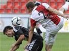 Josef Kaufman ze Slavie (vpravo) se dere za míčem přes odpor Tomáše Wágnera z