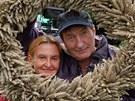 Z natáčení filmu Cesta do lesa: Bolek Polívka a Eva Holubová jako zemědělci