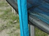 Tyče držící síť musí být potažené pěnou s krycí textílií.