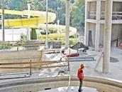 Na staveništi se už rýsují místa pro vířivky a bazény