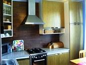 V nové kuchyni má majitleka dostatek pracovní plochy i úložného prostoru.