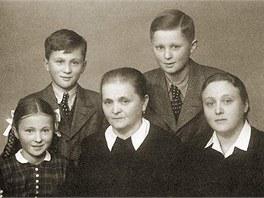 Rodina Mašínových za války, rok 1944. - V popředí zleva: Zdena Mašínová,