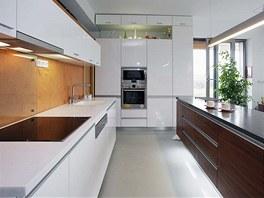 Kuchyňská linka byla vyrobena z bíle lakovaných MDF desek s vysokým leskem,