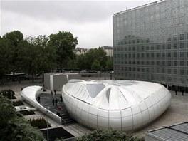 Mobilní pavilon světoznámé architektky Zahy Hadid stojí vedle Institutu