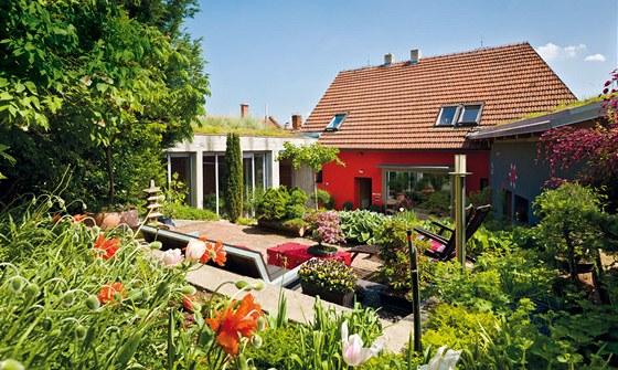 Bývalý dvůr je dnes nevšední stupňovitou zahradou a díky přilehlým stavbám a