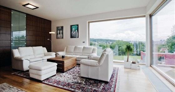 Největší ozdobou obývacího pokoje je výhled velkým rohovým oknem. Zdroj:
