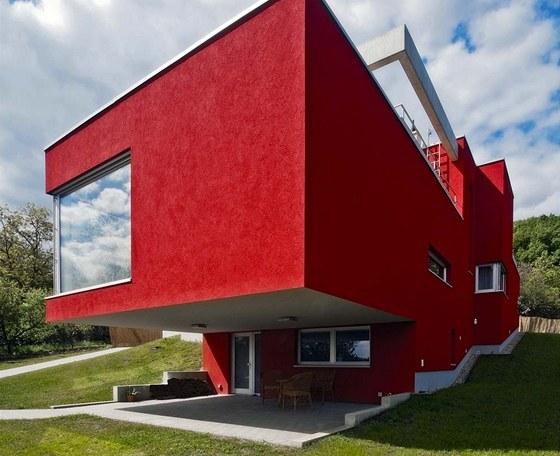 Okna bez dělicích rámů, osazená v lící fasády, spoluvytvářejí celkový kompaktní