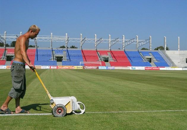 Josef Marcell p�ipravuje hrací plochu pro pond�lní utkání se Spartou Praha. V