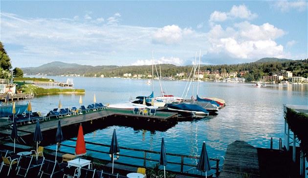 Jezero Wörthersee se rozprostírá mezi dv�ma nejvýznamn�j�ími korutanskými m�sty