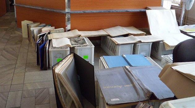 Sušení promočených knih v Moravskoslezské vědecké knihovně v Ostravě.