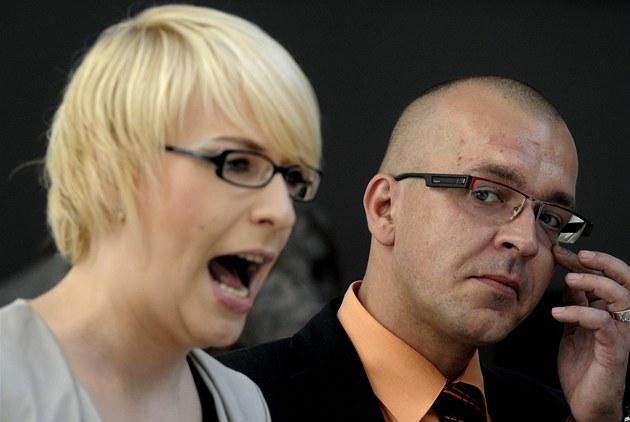 Kristýna Kočí a Jaroslav Škárka na tiskové konferenci před jednáním Sněmovny