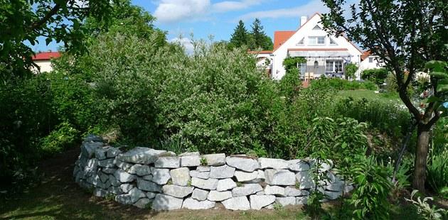 Suchá zídka z lomového kamene v ukázkové p�írodní zahrad� man�el� Ková�ových v