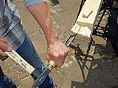 Zbytek materiálu odsekáme kladivem a dlátem.
