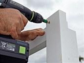 Po zabetonování zbývajících sloupků a ztvrdnutí betonu našroubujeme žebříky na