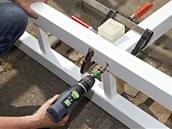 Před montáží žebříku ke sloupkům (na straně stěny) přivrtáme vždy jednu príčku