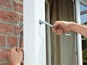 Pomocí závitových tyčí ve zdi můžeme ještě doladit svislou polohu.