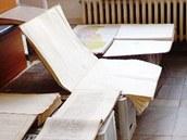 Sušení promočených knih v Moravskoslezské vědecké knihovně.