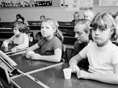 Švédské děti povinně vyplachují ústa fluoridovým roztokem, foto z roku 1965