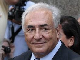 Dominique Strauss-Kahn s �sm�vem opou�t� soud, kter� st�hl jeho obvin�n� ze...