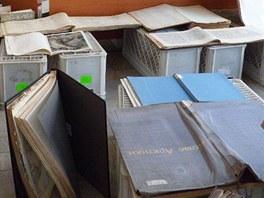 Sušení promočených knih v Moravskoslezské vědecké knihovně v Ostravě po přívalových deštích v srpnu 2011.