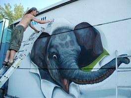 Výtvarníci nasprejovali slůně na protihlukovou zeď v Ostravě-Nové Vsi.
