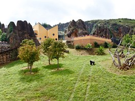 Panorama gorilího výběhu v přírodním parku Cabárceno na severu Španělska, kam