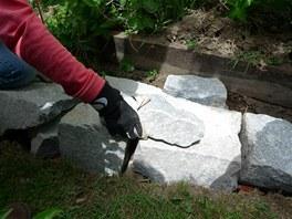 Kameny stavte sm�rem od hlavy z�dky do jej�ho st�edu.