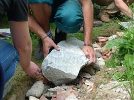 Kameny mus� b�t �ist� a ide�ln� by m�ly m�t dv� lo�n� plochy.