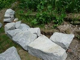 V tak zvané hlavě zdi umístěte největší kámen - vazák.