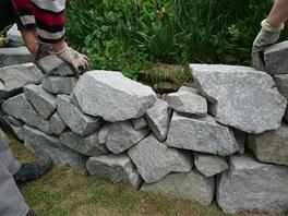 Voln� kameny je t�eba zakotvit pomoc� drobn�ch kam�nk�.