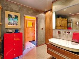 Atypická koupelna v přízemí s nábytkem Le Bon má podlahu z kovové mozaiky.