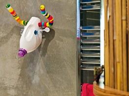 Domácí umění: Klára a René si krásně hráli. Stěny koupelny pokrývá kletovaný