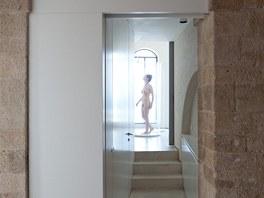 Z chodby do ložnice spojené s koupenou se nabízí unikátní průhledy.