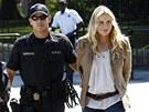 Daryl Hannahovou odvedla od B�l�ho domu policie.