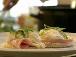 Vejce Benedikt, tedy ztracené vejce se šunkou a holandskou omáčkou.