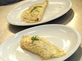 Dvakrát vaječná omeleta. Ta nadýchanější (vpředu) je od Pohlreicha.