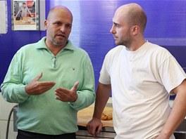 Zdeněk Pohlreich s Tomášem, který byl jmenován šéfkuchařem Černé kočky ve