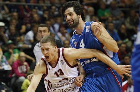 PŘECE FAUL, NE? Janis Strelnieks z lotyšského týmu se nechal faulovat Milošem Teodosičem a uspěl, ale srbský basketbalista se ve vzájemném zápase na mistrovství Evropy nakonec radoval z vítězství.