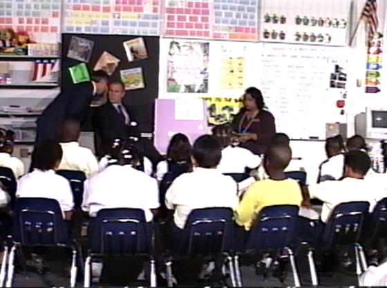 """George W. Bush, prezident USA, se v 9:05 během návštěvy školy dozvídá: """"Druhé"""