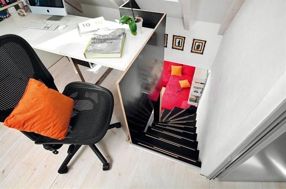 Podlaha v pracovně je stejně jako v ložnici ze smrkových prken natřených bílou