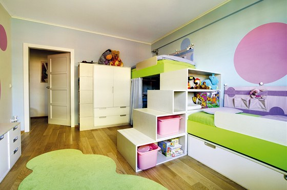 Schody oddělují obě místa na spaní a obsahují bohaté úložné prostory. Mají na