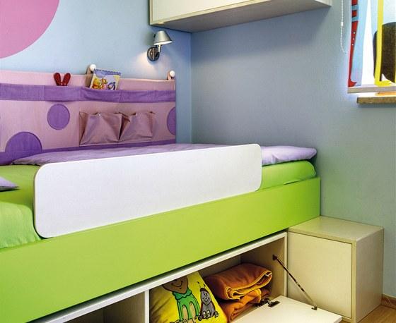 Lůžku nechybí zábrana proti spadnutí dítěte a zároveň štědré úložné prostory.