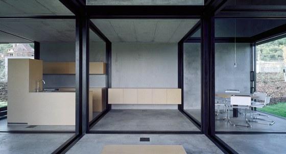 Čtvercová pole jsou podle potřeby vymezena pevnými nebo posuvnými stěnami.